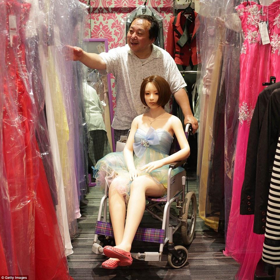"""Senji Nakajima tuyên bố rằng ông rất thích mối quan hệ 'hoàn hảo' với 'Saori. Ông thường xuyên dẫn """"người yêu"""" ra ngoài mua những trang phục mà cô ưa thích."""