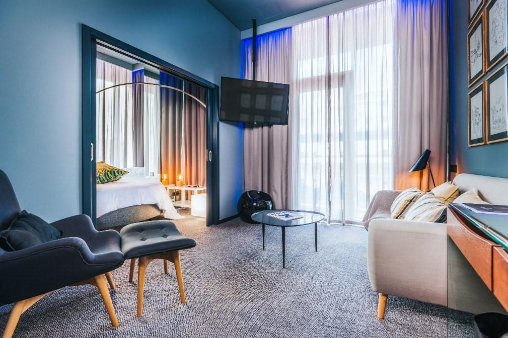 Khách sạn có sảnh lớn với hệ thống cửa vòm có các họa tiết trang trí tinh xảo. Ngoài ra, toàn bộ vật liệu như gạch lát nền, rèm cửa, đồ nội thất cùng thiết bị trong từng phòng cũng được Ronaldo đặt sản xuất riêng.