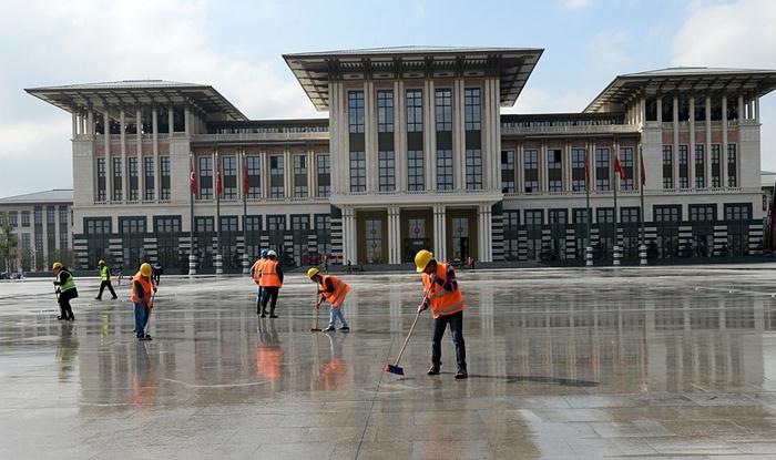 Công nhân quét dọn bên ngoài sân cung điện