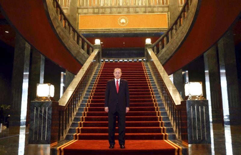 Ông Erdogan mở cửa dịnh thự mới của mình ngay trước ngày quốc khánh Thổ Nhĩ Kỳ vào năm 2014, bất chấp việc xây dựng nó khiến ông bị cáo buộc tham nhũng tiền thuế trong nhiều năm