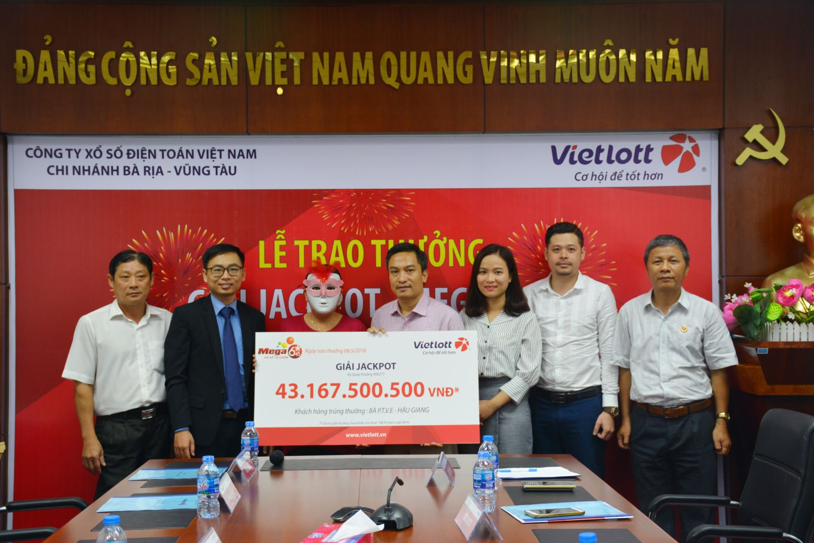 xo-so-vietlott-con-10000-dong-mua-not-1-ve-nguoi-phu-nu-hau-giang-linh-thuong-hon-43-ty
