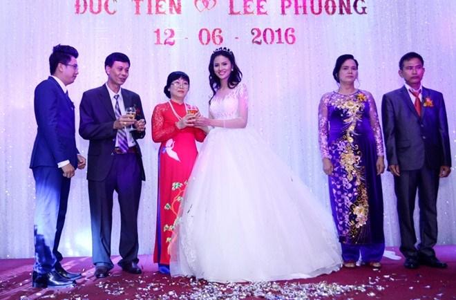 Nữ người mẫu trưởng thành từ Vietnam's Next Top Model mời rượu bố mẹ chồng. Sau khi kết hôn, Lê Thị Phương sẽ về chung sống cùng gia đình chồng. Được sự ủng hộ của ông xã và bố mẹ chồng, chân dài tiếp tục theo đuổi đam mê nghề người mẫu.