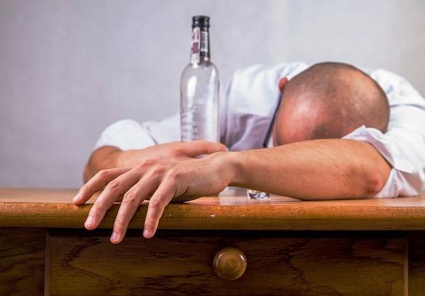 Nếu bạn say rượu và bắt đầu cảm thấy chóng mặt, hãy đặt hai bàn tay của bạn lên một vật cứng và giữ nguyên vị trí. Mẹo vặt này sẽ giúp bạn cảm thấy đỡ chóng mặt và cân bằng hơn.