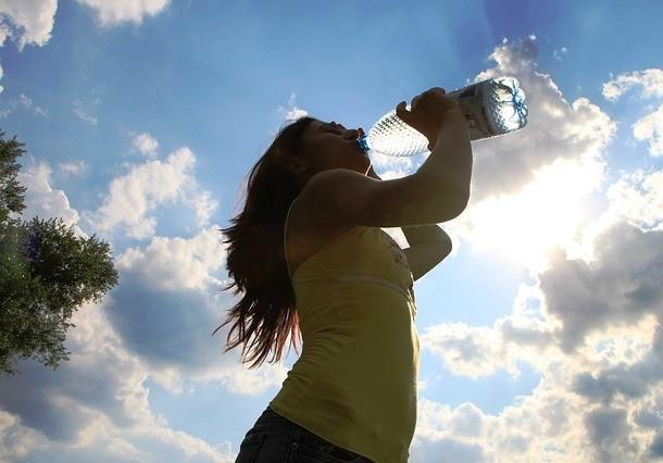 Một ly nước mát sau khi thức dậy có tác dụng kích thích cơ thể và giúp bạn tỉnh ngủ hơn. Một ly nước trước khi ngủ có tác dụng làm giảm nguy cơ đau tim.