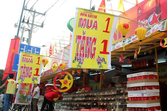 Bảng khuyến mãi, giảm giá được treo chật kín trước các quầy hàng. Theo anh Tài, chủ một hàng bán bánh trên đường Nguyễn Tri Phương, bánh trung thu đã bán được hơn một tháng nhưng lượng khách mua rất ít khiến nhiều cửa hàng, đại lý tỏ ra lo lắng.