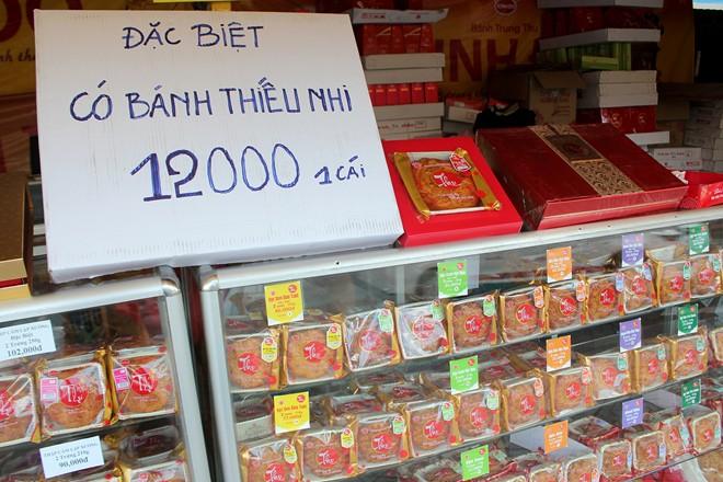 Nhiều cửa hàng còn trưng bảng bán bánh dành cho thiếu nhi với giá rẻ, chỉ 12.000 đồng/cái.