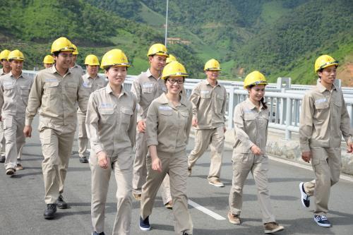 Cán bộ công nhân viên của Công ty Thủy điện Sơn La nỗ lực không ngừng để nâng cao năng suất lao động trong năm 2015 vừa qua