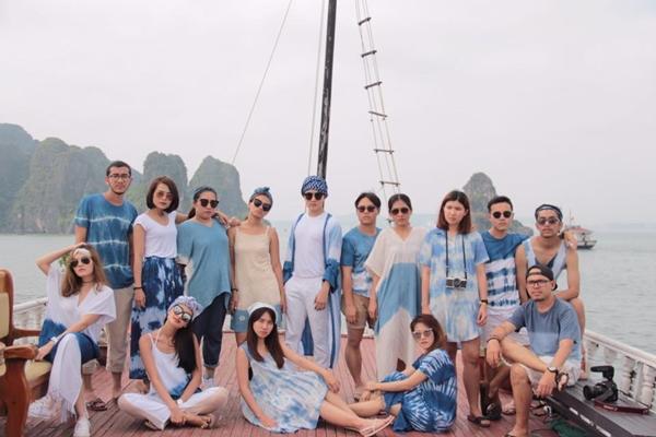 Nhóm bạn trẻ chụp ảnh check-in tại nhiều địa điểm như Vịnh Hạ Long, Hà Nội, Sa Pa,... với cùng một phong cách như vậy.