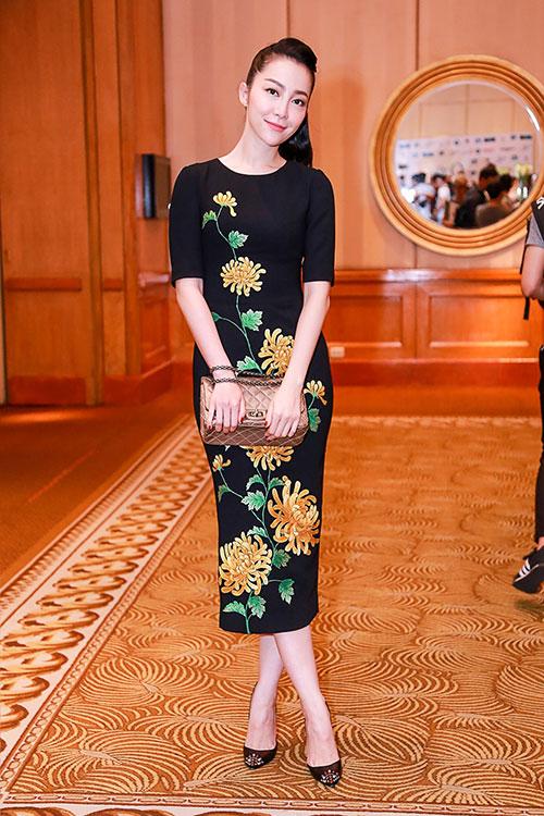 Đi kèm với bộ váy là chiếc túi mang thương hiệu Chanel và đôi giày Louboutin sang trọng.