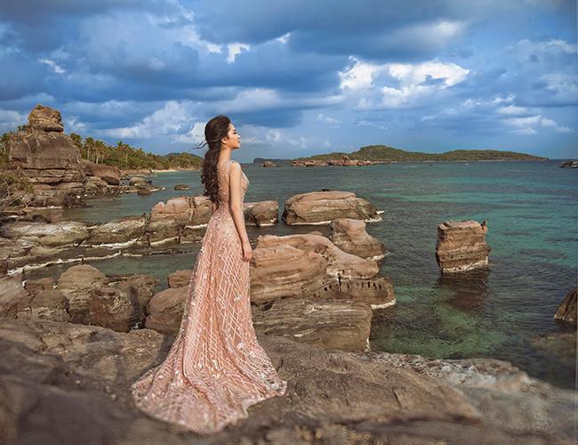 Cô cũng ít xuất hiện với vai trò Hoa hậu trong showbiz hoặc các sự kiện khác hàng. Tất cả những lần Nguyễn Thị Huyền xuất hiện đều là bữa tiệc ngoại giao hoặc lần này là vì NTK Hoàng Hải, Nguyễn Thị Huyền quyết định thực hiện bộ hình đẹp như mơ này.