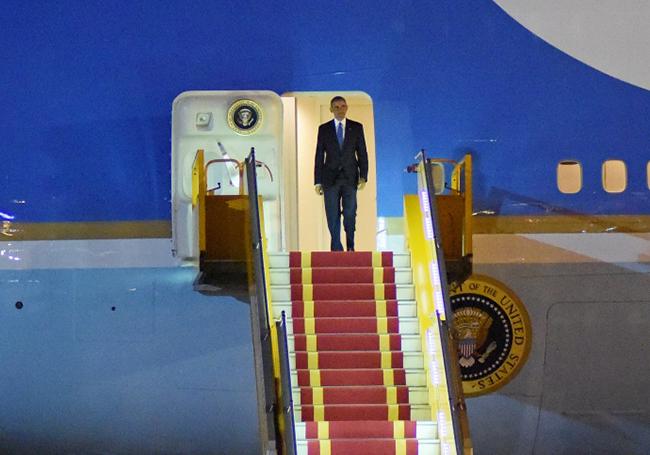 Đúng 21h45', tổng thống Mỹ Barack Obama bước ra cửa máy bay Air Force One