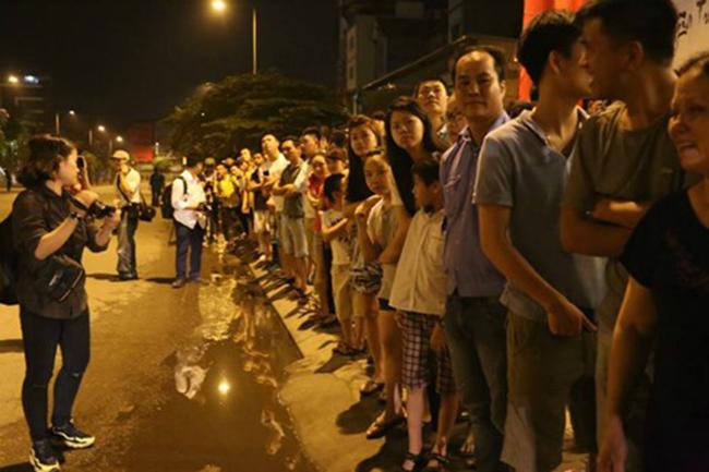 Người dân chờ đón Tổng thống Mỹ trên đường vào khách sạn Marriott. Ảnh: VnExpress