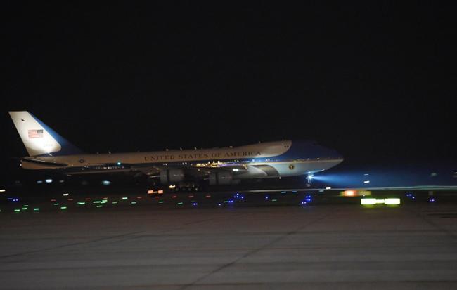 Vào lúc 21h30 ngày 22/5/2016, chuyên cơ Air Force One chở Tổng thống Obama đã hạ cánh xuống sân bay quốc tế Nội Bài. Ảnh: NBC News.