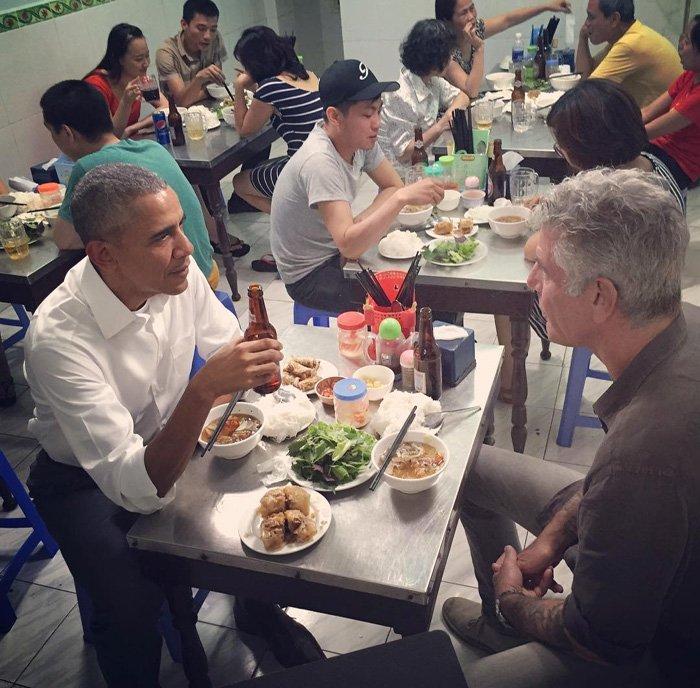 20h ngày 23/5, Tổng thống Obama tới quán bún chả trên phố Lê Văn Hưu để thưởng thức món ăn truyền thống của Việt Nam cùng với đầu bếp nổi tiếng ở Mỹ. Ảnh chia sẻ từ Instagram của đầu bếp Anthony Bourdain.