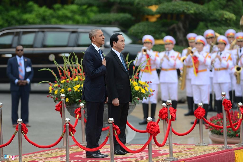 Trong ngày làm việc đầu tiên tại Việt Nam, vào sáng 23/5, Tổng thống Obama tham dự lễ đón chính thức theo nghi thức nhà nước bởi Chủ tịch nước Trần Đại Quang tại Phủ Chủ tịch. Ảnh: Zing News