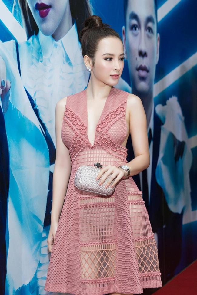 Nổi bật trong số đó là sự xuất hiện của diễn viên Angela Phương Trinh. Diện chiếc đầm xuyên thấu của thương hiệu Burberry, người đẹp tự tin tỏa sáng trên thảm đỏ trước hàng chục ống kính.