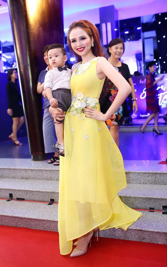 Cũng tại sự kiện, người đẹp Diễm Hương cũng gây chú ý khi bế con đến thảm đỏ cùng với con trai.