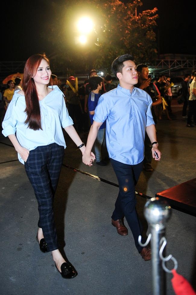 Mới đây, Hoa hậu Diễm Hương được chồng đưa đi xem bóng đá. Cặp đôi đưa đón nhau bằng xế hộp và diện áo màu xanh ton-sur-ton.