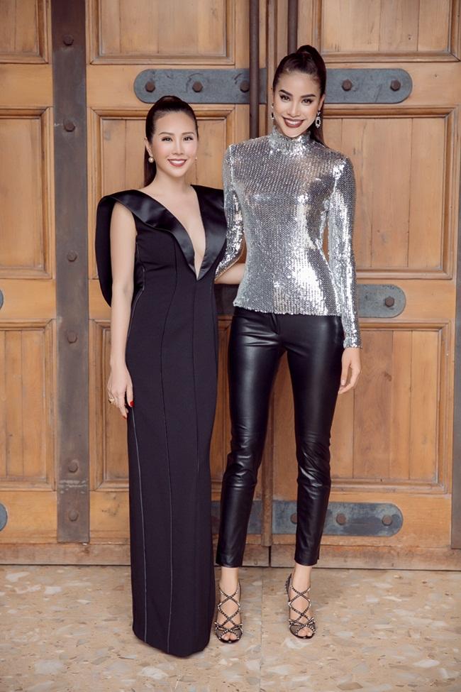 Mới đây, Hoa hậu Phạm Hương xuất hiện với phong cách mới tại chương trình The Face cùng với vị giám khảo là Hoa hậu Thu Hoài.