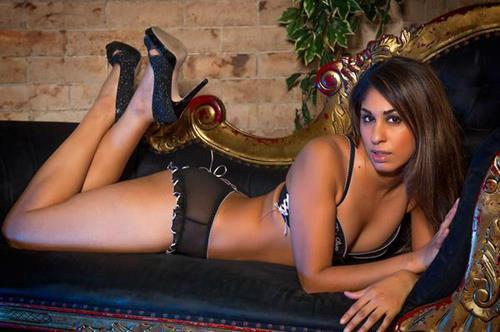 Tại đây, Saeeda Vorajee lấy biệt danh trên mạng là Sahara Knite, cô đăng tải ảnh mình với khuôn mặt được trang điểm kỹ lưỡng và thường hẹn gặp với các khách hàng mua dâm tại khách sạn.