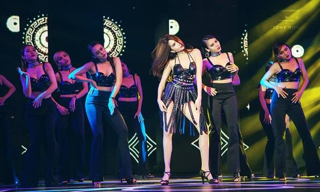 Khác với những lần tham gia trước đó, khi Ngọc Trinh chỉ đóng vai trò người mẫu trình diễn thời trang thì năm nay, cô đóng vai trò chủ đạo là hát và nhảy.