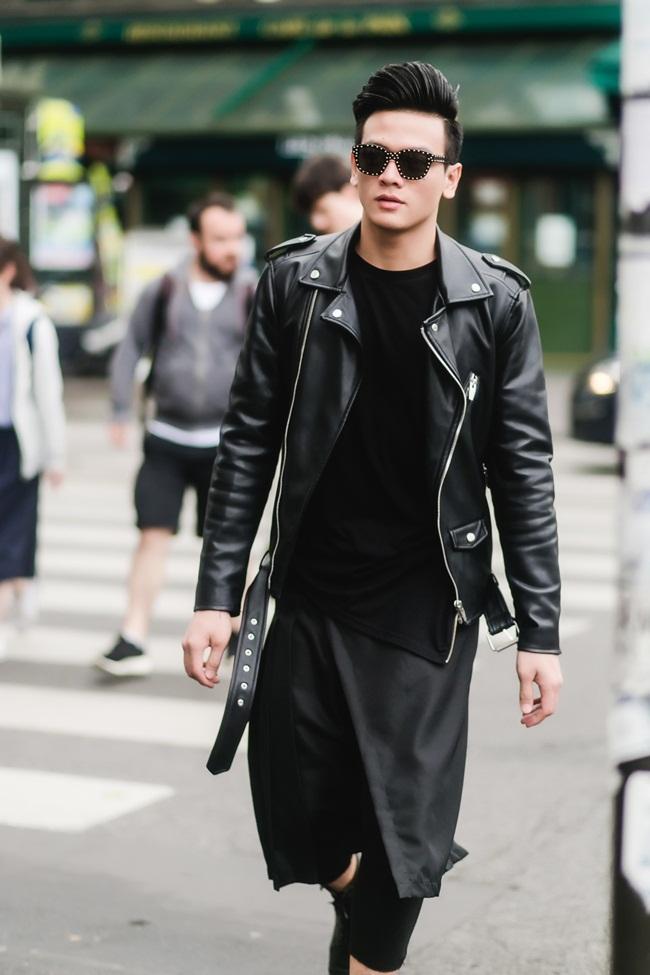 Vẫn chọn sắc đen trầm mặc làm chủ đạo, bộ suit kết hợp áo phông được tạo điểm nhấn  bằng chi tiết tua rua mềm mại, hợp xu hướng.