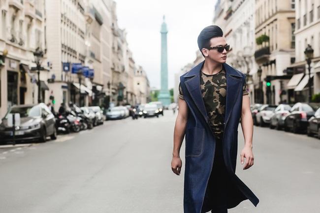 Sắc xanh denim được Lê Xuân Tiền kết hợp cùng họa tiết quân đội mang màu sắc cá  tính, mạnh mẽ.