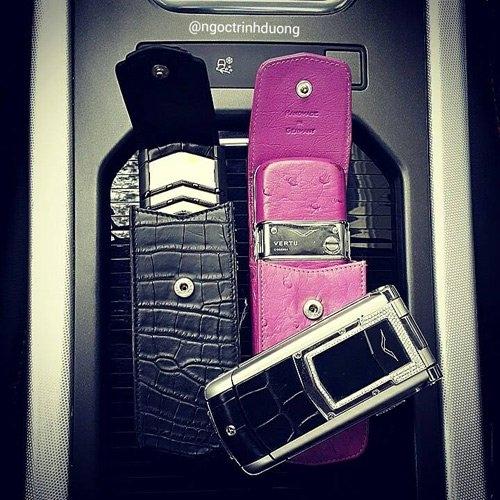 Những chiếc điện thoại của hai chị em Bảo Hưng có giá trị hàng trăm triệu.