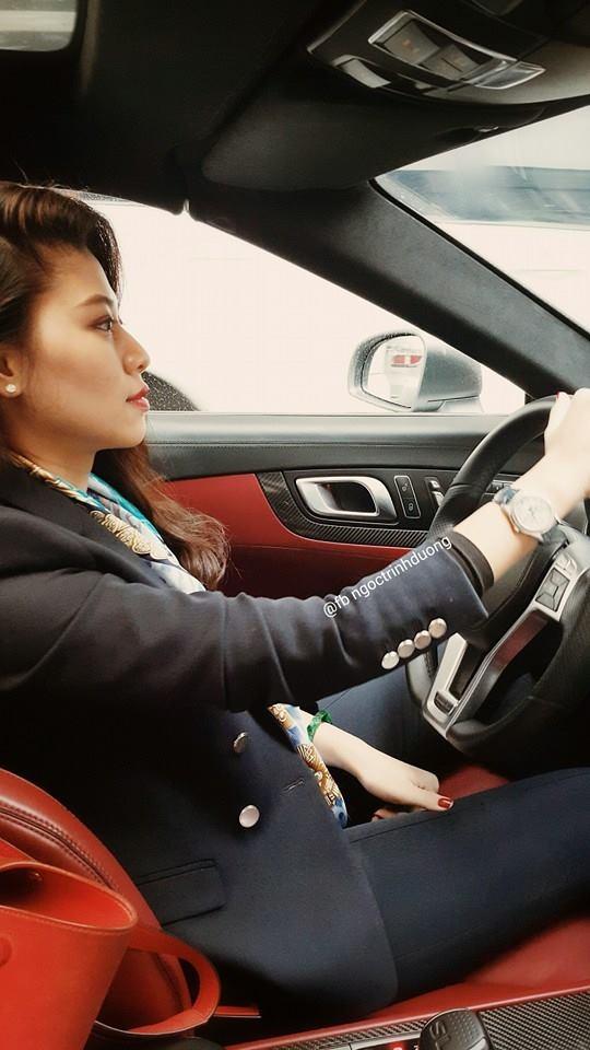 Ở tuổi 30, Ngọc Trinh đã tự lái siêu xe đi làm hằng ngày khiến không ít người ngưỡng mộ.
