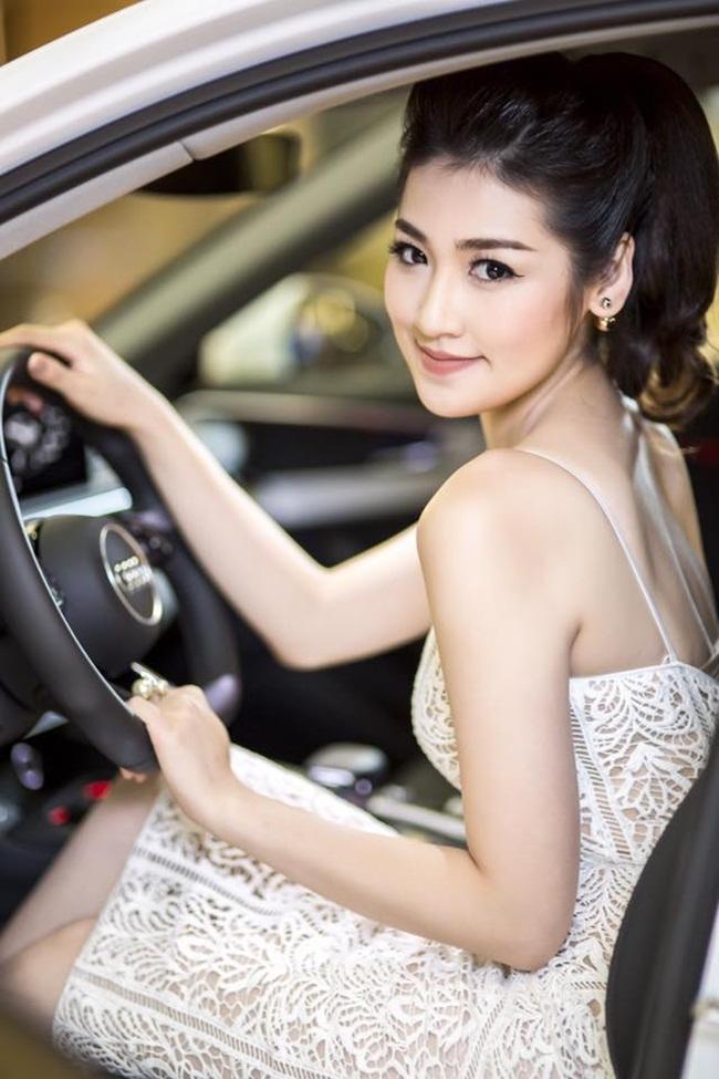 Sau khi lộ diện người yêu điển trai vào hồi tháng 4 vừa qua thì mới đây, Á hậu Tú Anh lại được cho là đang hẹn hò với bạn trai thiếu gia Hà Thành.