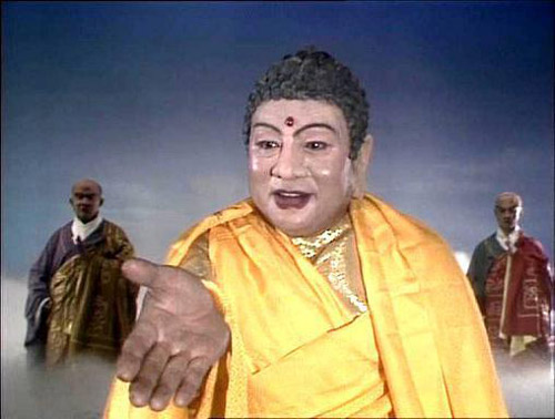 Nam diễn viên Châu Quảng Long đảm nhiệm vai Phật Tổ Như Lai khi đã ở độ tuổi 47. Ông học tại trường Học viện Nghệ thuật Lan Châu, có nhiều đóng góp cho hoạt động kịch nói của địa phương.