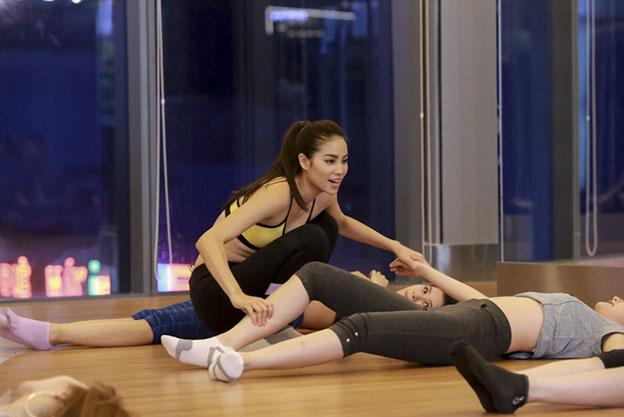 Còn với đội Phạm Hương, cô đã dạy cho các thí sinh những bài tập gym hiệu quả bằng những động tác gập người, khởi động các khớp tay chân.