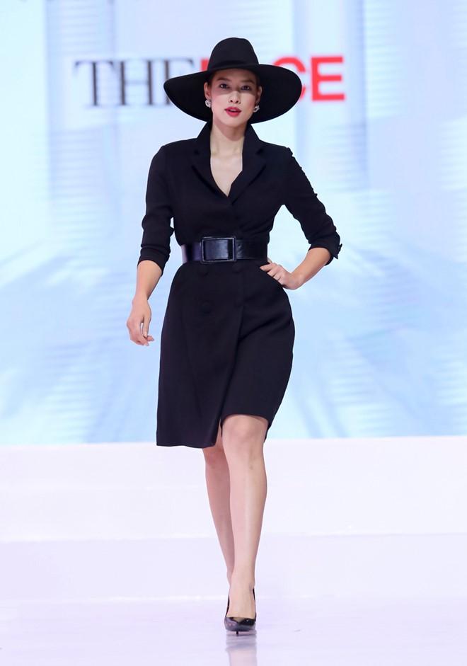 Lily Nguyễn khéo chọn trang phục che ngoại hình mập mạp, đôi chân thô. Nhờ kinh nghiệm làm người mẫu hơn 6 năm, cô dễ dàng tạo được cá tính khác biệt khi lướt trên đường băng của chương trình.