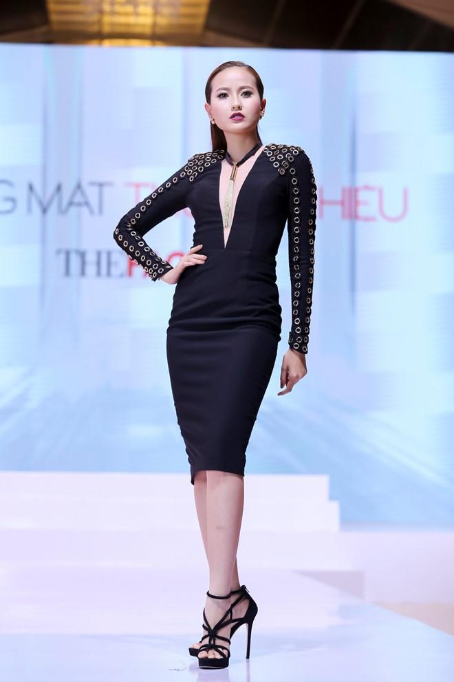 Khánh Ngân không làm huấn luyện viên Phạm Hương thất vọng với sải bước tự tin, chuyển dáng dứt khoát. Cô thuộc nhóm những thí sinh giữ vững phong độ ở hai tập đầu.