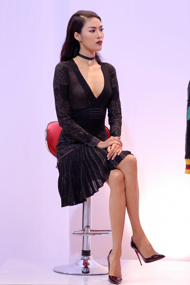 Sự chuẩn bị trang phục, trang điểm hoàn chỉnh giúp nữ huấn luyện viên cuốn hút và không kém phần quyền lực trên sóng truyền hình.