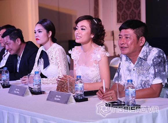Không dừng lại ở đó, cô còn họp mặt các phóng viên để tố Dương Cẩm Lynh lợi dụng mối quan hệ với nhà sản xuất đề chèn ép, cắt vai của cô.