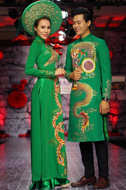 Điểm nhấn của bộ sưu tập là những chiếc áo dài cưới họa tiết long phụng, gốm sứ, sen, chim uyên ương, mang một thông điệp về hạnh phúc.