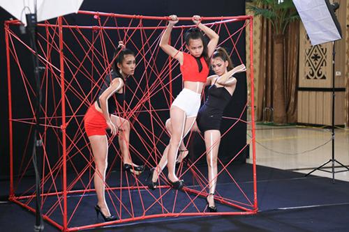 Kiều Trang thể hiện mình trong phần thi chụp hình cùng hai nữ thí sinh khác của khu vực miền Trung.