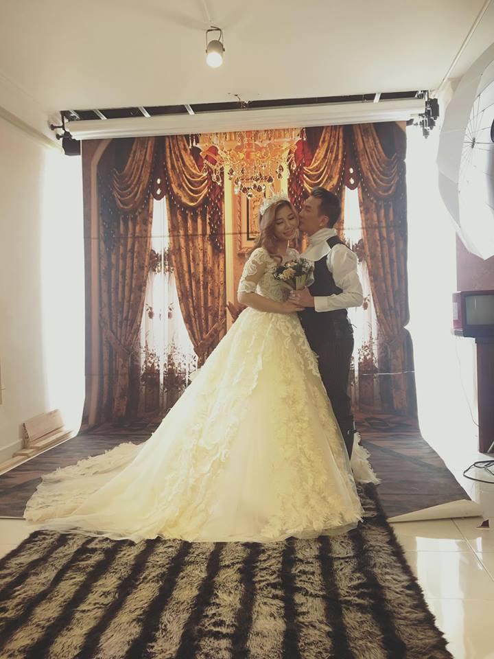 Mới đây, Phượng Vũ The Voice bất ngờ chia sẻ loạt hình diện váy cưới e ấp bên Đàm Vĩnh Hưng trên trang cá nhân.