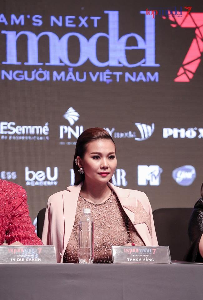 Host - siêu mẫu Thanh Hằng thanh lịch và ngọt ngào trong bộ suit màu hồng phấn, tôn lên dáng vóc hoàn hảo của một siêu mẫu hàng đầu Việt Nam.