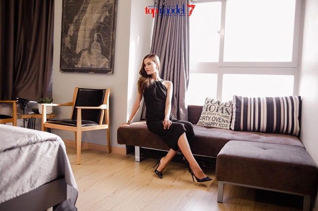 Quán quân Vietnam's Next Top Model 2014 Nguyễn Oanh và 2015 Hương Ly đã có một ngày ghé thăm nhà chung của các thí sinh xuất sắc nhất mùa thi thứ 7 tại khu căn hộ cao cấp của Dragon Hill.