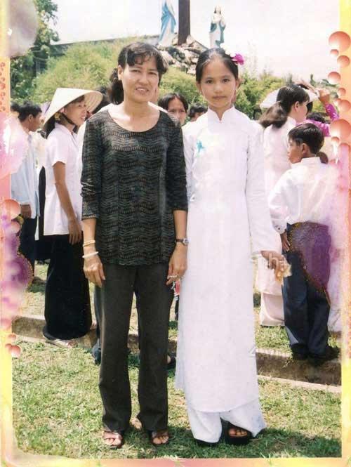 Hoa Hậu Ngọc Trinh xinh đẹp và nhỏ nhắn bên mẹ.