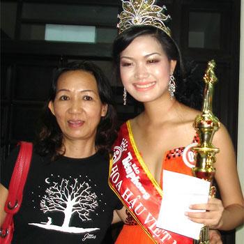 Hoa Hậu Thùy Dung bên mẹ ngày đăng quang Hoa Hậu Việt Nam.