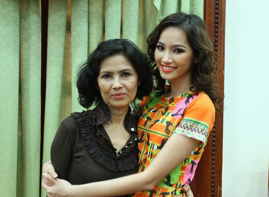 Mẹ của Hoa Hậu Trúc Diễm có gương mặt khá sắc nét và thanh thoát, chứng tỏ người đẹp của Miss International thừa hưởng được nhiều nét đẹp từ mẹ của cô.