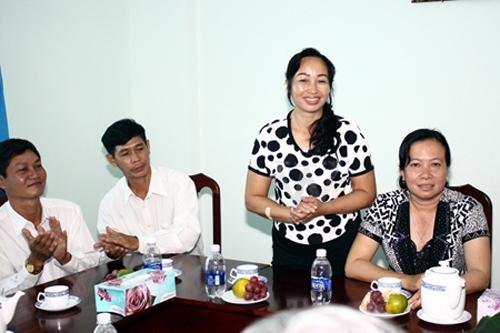 Đây là dịp hiếm thấy khi được nhìn thấy mặt của Hoa Hậu Việt Nam 2012 Đặng Thu Thảo khi bà đến trường ĐH Tây Đô của con gái để cảm ơn sự giúp đỡ của trường.