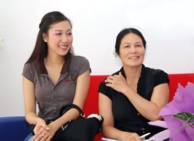 Hoa Hậu Ngô Phương Lan sở hữu khuôn mặt bầu bĩnh, phúc hậu bên mẹ yêu