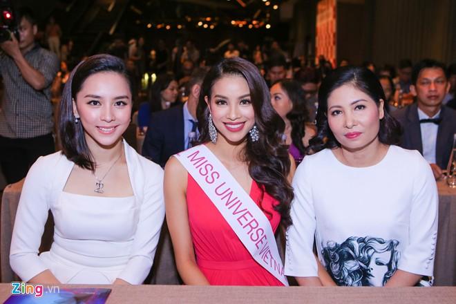 Mẹ Phạm Hương cũng thường xuất hiện bên con gái trong các sự kiện.