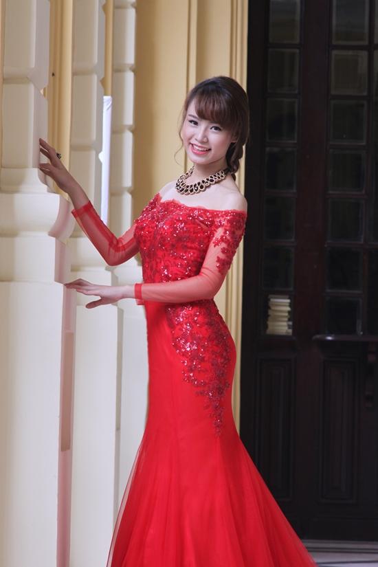 Mẹ của cô tiết lộ con gái vừa tham gia cuộc thi Duyên dáng Ngoại Thương 2015 và đạt giải người đẹp hình thể.