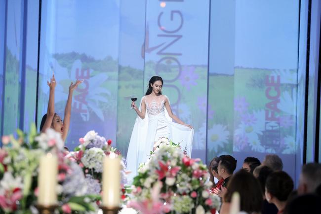 Nhà thiết kế Chung Thanh Phong chia sẻ anh rất hài lòng khi các thí sinh này đã làm đúng tinh thần mà bộ sưu tập mong muốn và đã tạo được cảm hứng cho bàn tiệc.