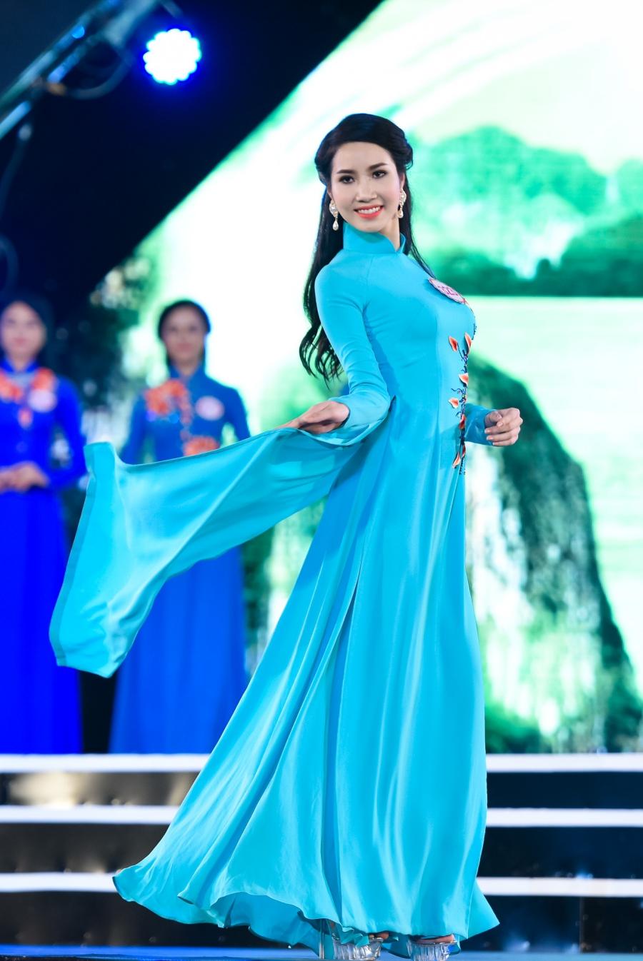 Các thí sinh diện trang phục của nhà thiết kế Ngô Nhật Huy thi trình diễn áo dài.